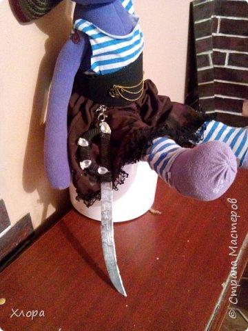 """Собрались тут мои девочки на пиратскую вечеринку. Приказали внуче сшить наряд. Вот, сваяла. За отсутствием хозяйки, примеряет мой """"сотворенец"""". фото 2"""