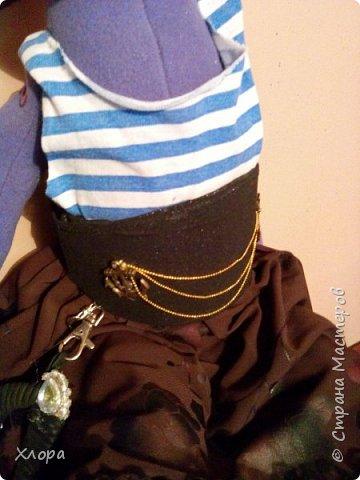 """Собрались тут мои девочки на пиратскую вечеринку. Приказали внуче сшить наряд. Вот, сваяла. За отсутствием хозяйки, примеряет мой """"сотворенец"""". фото 3"""