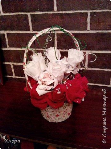 Корзиночка на день рождения коллеге. Проба пера. Внутри роз конфетки и добавлены розы из денюжек. фото 1