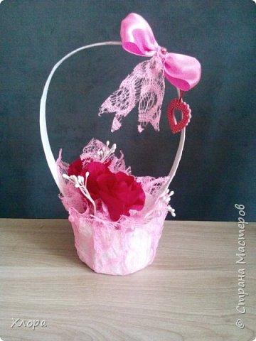 Корзиночка на день рождения коллеге. Проба пера. Внутри роз конфетки и добавлены розы из денюжек. фото 3