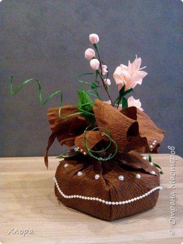 Корзиночка на день рождения коллеге. Проба пера. Внутри роз конфетки и добавлены розы из денюжек. фото 8
