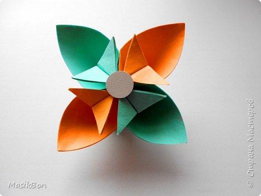 Простой цветок из бумаги для самых маленьких.