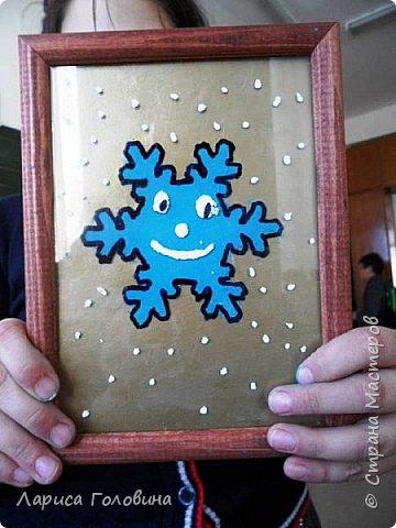 На внеурочке рисовали пластилином снежинки. Брали маленькую рамку со стеклом. Сначала контур обводили маркером, затем покрывали пластилином и чуть - чуть украсили контуром фото 7