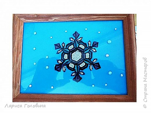 На внеурочке рисовали пластилином снежинки. Брали маленькую рамку со стеклом. Сначала контур обводили маркером, затем покрывали пластилином и чуть - чуть украсили контуром фото 9