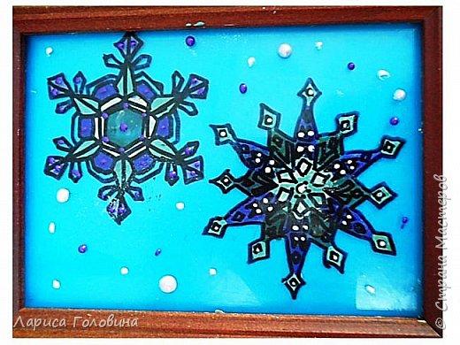 На внеурочке рисовали пластилином снежинки. Брали маленькую рамку со стеклом. Сначала контур обводили маркером, затем покрывали пластилином и чуть - чуть украсили контуром фото 10