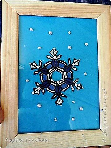 На внеурочке рисовали пластилином снежинки. Брали маленькую рамку со стеклом. Сначала контур обводили маркером, затем покрывали пластилином и чуть - чуть украсили контуром фото 2