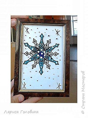 На внеурочке рисовали пластилином снежинки. Брали маленькую рамку со стеклом. Сначала контур обводили маркером, затем покрывали пластилином и чуть - чуть украсили контуром фото 1