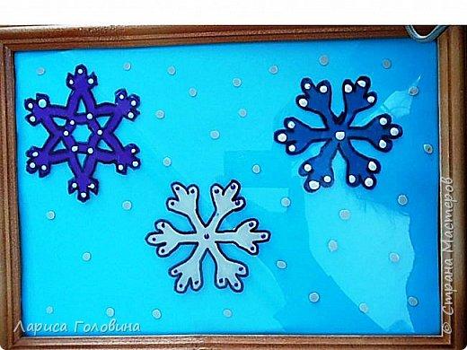 На внеурочке рисовали пластилином снежинки. Брали маленькую рамку со стеклом. Сначала контур обводили маркером, затем покрывали пластилином и чуть - чуть украсили контуром фото 5