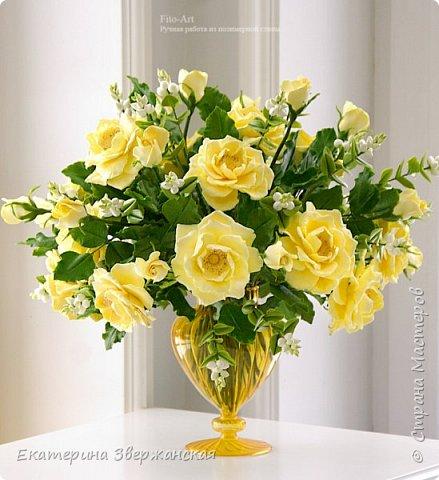 Букет из желтых роз и снежной ягоды фото 1