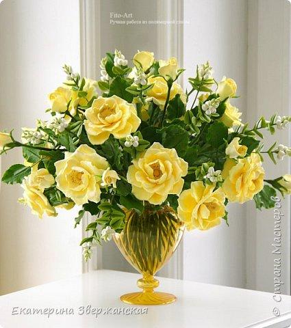 Букет из желтых роз и снежной ягоды фото 2