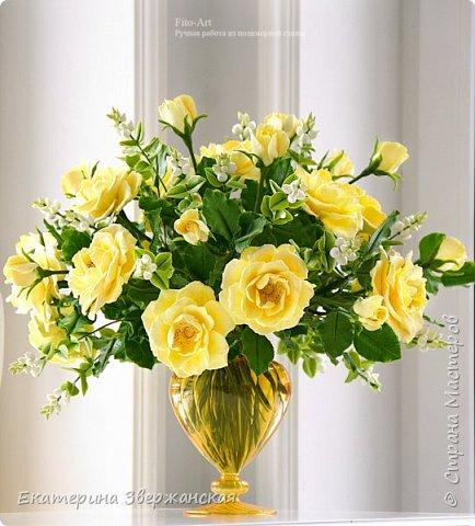 Букет из желтых роз и снежной ягоды фото 3