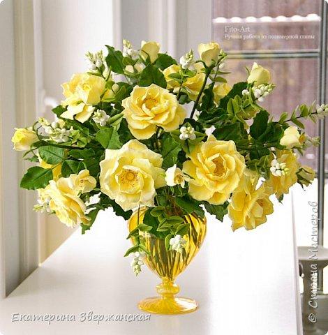 Букет из желтых роз и снежной ягоды фото 4