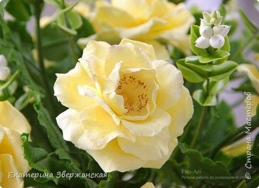 Букет из желтых роз и снежной ягоды фото 5