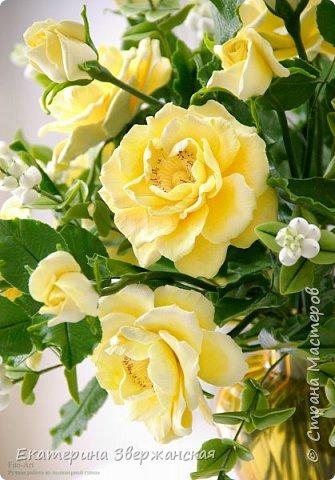 Букет из желтых роз и снежной ягоды фото 6