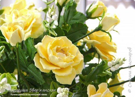Букет из желтых роз и снежной ягоды фото 8