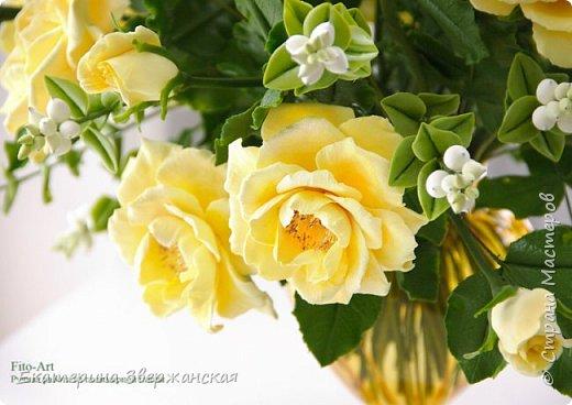 Букет из желтых роз и снежной ягоды фото 9