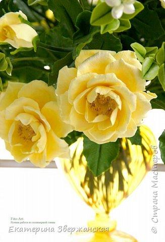 Букет из желтых роз и снежной ягоды фото 10