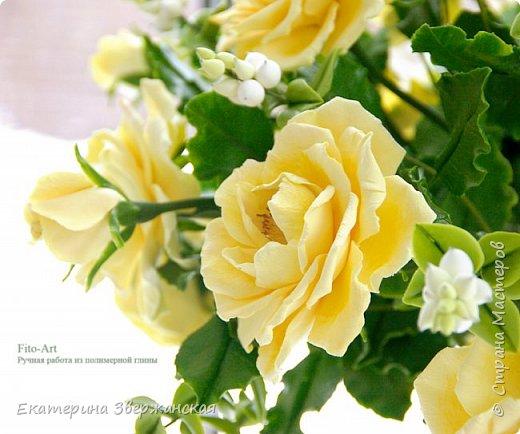 Букет из желтых роз и снежной ягоды фото 11