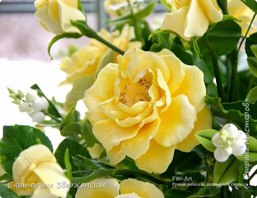 Букет из желтых роз и снежной ягоды фото 12