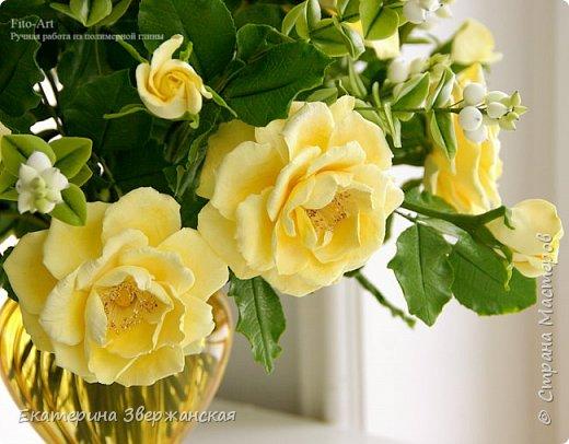 Букет из желтых роз и снежной ягоды фото 13