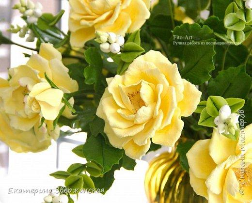 Букет из желтых роз и снежной ягоды фото 14