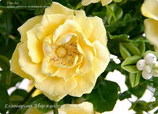 Букет из желтых роз и снежной ягоды фото 15