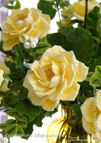 Букет из желтых роз и снежной ягоды фото 16