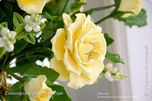 Букет из желтых роз и снежной ягоды фото 17
