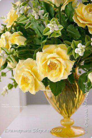 Букет из желтых роз и снежной ягоды фото 18