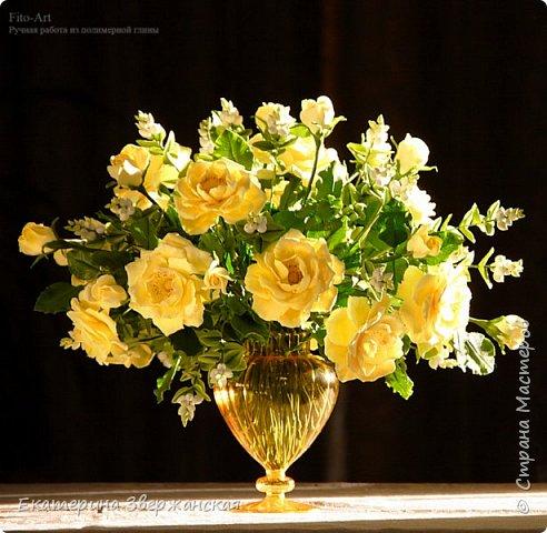 Букет из желтых роз и снежной ягоды фото 20