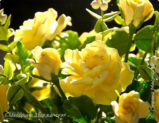 Букет из желтых роз и снежной ягоды фото 23