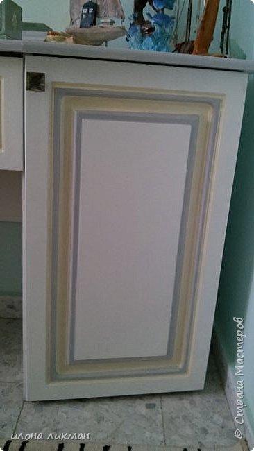Доброго дня,дорогие соседи!Решилась все таки показать как своими и не своими силами обустроила дочкину комнату.Прошу ,проходите в гости!Справа мы видим туалетный столик 15 летней давности,который я из дико рыжего цвета перекрасила в белый.Возле него и в зеркале отражаются облака которые я же рисовала на мной же крашенной стене.На трюмо стоит винтажная шкатулка, сделанная специально под эту комнату,на столе маячит лампа,тоже под интерьер и тоже моего производства.Все есть у меня в блоге. фото 5