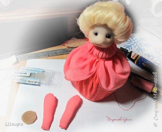 Кукла 20 см. Тело из части пластиковой бутылки, обтянуто тканью. Голова из капрона, волосы - шерсть для валяния, глаза - полубусины, руки на проволоке. фото 7