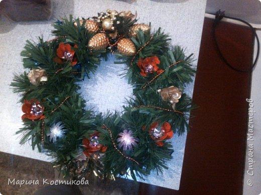 Приближается Новый год, хочется какого-то волшебства. Нашла в магазине мишуру, которая имитирует веточки ёлки, решила попробовать. Использовала золотые бусы, новогодние игрушки шишки. Красные цветы сделала из ячеек от яиц.