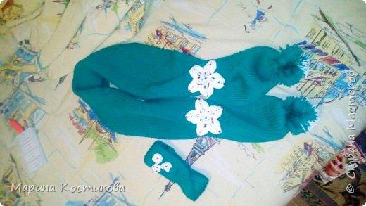 Совсем недавно вязала шарфик и повязку на голову. Основы связана спицами (резинка 1х1), цветы связаны крючком.