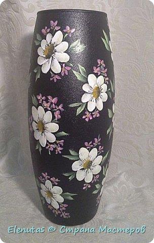 Добрый вечер,Страна! Я опять с похвастушками. Наконец-то расписала вазу. Захотела сделать вазу с цветами на черном фоне. Фон сделала недели две назад. А вот какие цветы написать...долго думала и вчера расписала.По-моему,получилось симпатично. фото 1