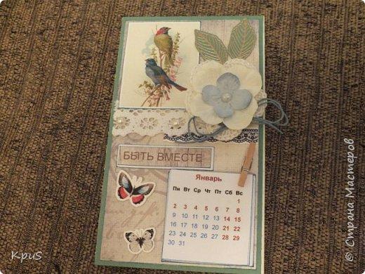 Всем жителям СМ - здравствуйте. Сделала еще несколько магнитов- календарей. Новый год не за горами и небольшие подарки никогда не бывают лишними. Вот и запасаюсь. Помимо скрап бумаги, использовала бумажные цветы, кружево, бусины, деревянные прищепки и эмбоссинг. фото 5