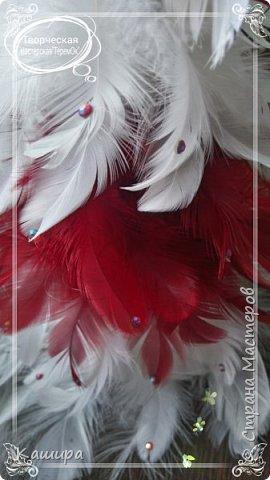Приветствую всех гостей! Начинаем готовиться к Новому году!Вот такие интерьерные елочки были сделаны из перьев. Украшены атласными лентами и стразами. фото 4