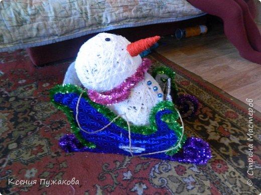 """Мы с детьми решились поучаствовать в конкурсе на новогоднюю игрушку.Идею """"скомуниздили"""" здесь - http://stranamasterov.ru/node/289998  Сани получились большими.В красных санях петушок, в синих и зеленых снеговики. фото 1"""