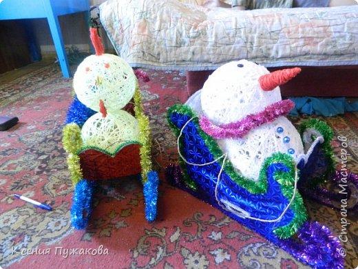 """Мы с детьми решились поучаствовать в конкурсе на новогоднюю игрушку.Идею """"скомуниздили"""" здесь - http://stranamasterov.ru/node/289998  Сани получились большими.В красных санях петушок, в синих и зеленых снеговики. фото 4"""