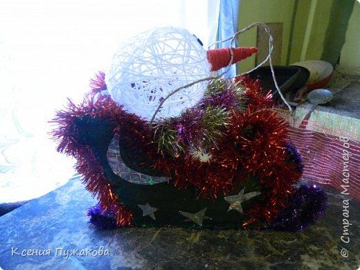 """Мы с детьми решились поучаствовать в конкурсе на новогоднюю игрушку.Идею """"скомуниздили"""" здесь - http://stranamasterov.ru/node/289998  Сани получились большими.В красных санях петушок, в синих и зеленых снеговики. фото 2"""