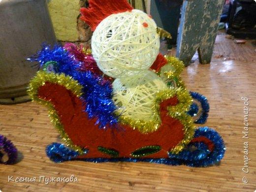 """Мы с детьми решились поучаствовать в конкурсе на новогоднюю игрушку.Идею """"скомуниздили"""" здесь - http://stranamasterov.ru/node/289998  Сани получились большими.В красных санях петушок, в синих и зеленых снеговики. фото 3"""