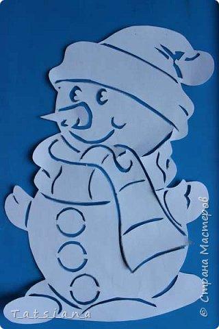 Всех с Новым годом поздравляет наш новоиспеченный снеговик.  Для работы понадобится:  бумага;  лезвие или канцелярский нож для вырезания; замазка или белая гуашь. фото 7