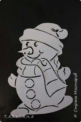 Всех с Новым годом поздравляет наш новоиспеченный снеговик.  Для работы понадобится:  бумага;  лезвие или канцелярский нож для вырезания; замазка или белая гуашь. фото 1