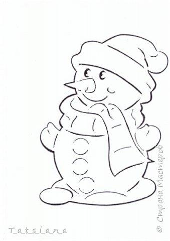 Всех с Новым годом поздравляет наш новоиспеченный снеговик.  Для работы понадобится:  бумага;  лезвие или канцелярский нож для вырезания; замазка или белая гуашь. фото 6