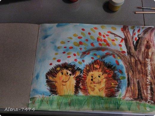 День добрый, жители страны. В воскресенье с дочкой рисовали ёжиков по мастер-классу Helga2013, очень подробный и познавательный.  Зачитывала дочке (ей 6,9), что и как надо делать и она рисовала. Помогла ей нарисовать только глазки, она не очень хорошо с ними справилась.  А еще вчера обнаружили, что листья на земле она забыла нарисовать) Исправим) Ольга, спасибо Вам! фото 1