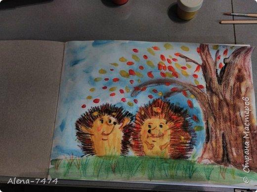День добрый, жители страны. В воскресенье с дочкой рисовали ёжиков по мастер-классу Helga2013, очень подробный и познавательный.  Зачитывала дочке (ей 6,9), что и как надо делать и она рисовала. Помогла ей нарисовать только глазки, она не очень хорошо с ними справилась.  А еще вчера обнаружили, что листья на земле она забыла нарисовать) Исправим) Ольга, спасибо Вам! фото 2