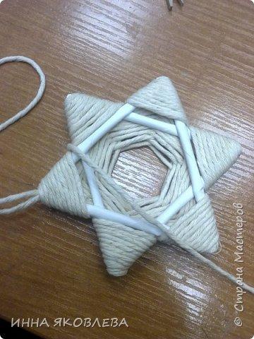Хочу напомнить стародавний способ изготовления звездочек путем обматывания.  Нам понадобится: -веревка (можно джутовая) -бумажные трубочки -клей -бусинки для украшения фото 9