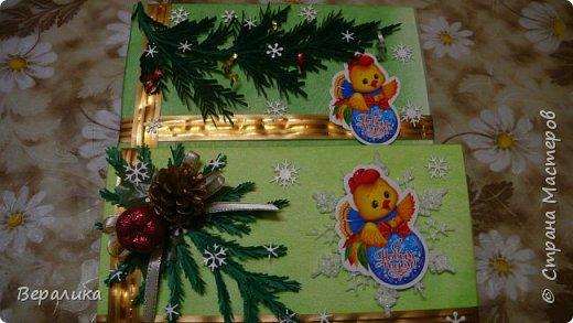 Сегодня хочу показать, как оформила коробочки с конфетами подругам в подарок к Новому году! Сама улетаю домой на Камчатку, а эти коробочки вместе с небольшими презентиками в виде прихваток с яркими петушками- символами Нового года, упаковала в непрозрачные пакеты, чтобы подружки вскрыли их именно 31 декабря.Эта традиция у меня уже постоянная. И мне приятно всегда, когда девочки получают такие сюрпризики! фото 1