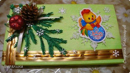 Сегодня хочу показать, как оформила коробочки с конфетами подругам в подарок к Новому году! Сама улетаю домой на Камчатку, а эти коробочки вместе с небольшими презентиками в виде прихваток с яркими петушками- символами Нового года, упаковала в непрозрачные пакеты, чтобы подружки вскрыли их именно 31 декабря.Эта традиция у меня уже постоянная. И мне приятно всегда, когда девочки получают такие сюрпризики! фото 3